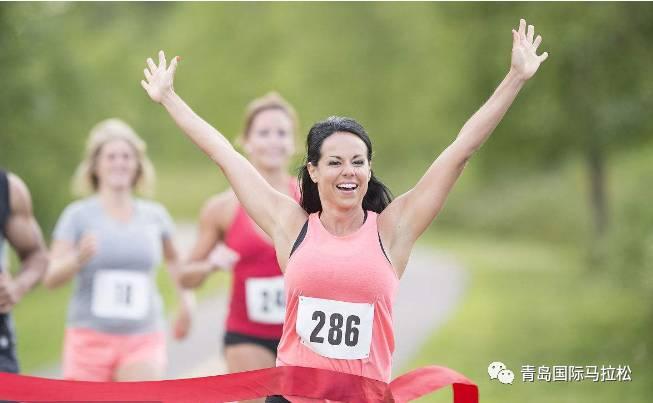 1、号码布及芯片佩戴方法与要求 号码布 (1)所有参赛选手,应着大会统一提供的参赛服比赛。 (2)比赛时,参赛选手必须佩戴大会提供的号码布参赛,以便裁判和工作人员辨认。 (3)马拉松、半程马拉松参赛选手发放1块带有计时芯片的号码布(计时芯片已粘贴在号码布背面)和1张小号码布;请把号码布佩戴在胸前,小号码布应放置在存衣包外侧透明口袋中,号码朝外。 (4)健康跑项目参赛选手每人将获得1块号码布(不提供计时芯片),请配戴在胸前。 (5)马拉松、半程马拉松参赛选手须在号码布和小号码布上用防水笔认真填写自己的姓名、